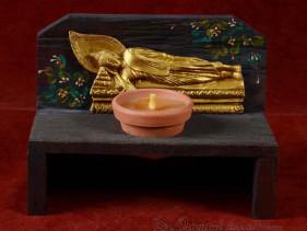 Handgemaakte en beschilderde houten kandelaar met dinsdag Boeddha