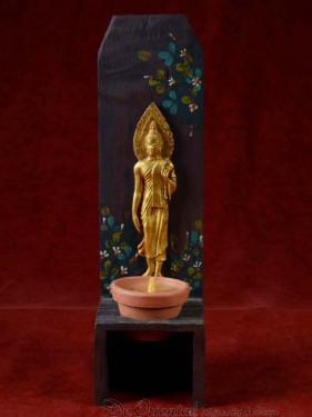 Handgemaakte en beschilderde houten kandelaar met maandag Boeddha