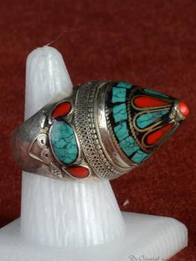 Zware Tibetaanse ring met turkoois en koraal.