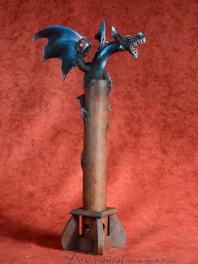 Wierookbrander met gevleugelde draak met bal blauw