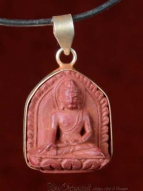 Hanger van Boeddha Bhumiparsa mudra rood speksteen