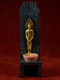 Handgemaakte en beschilderde houten kandelaar met zondag Boeddha