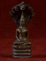 Boeddha miniatuur met Naga. Boeddha voor zaterdag brons