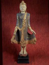 Grote Mandalay Boeddha staand met lakwerk, spiegeltjes en glas.