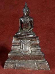 Verzilverd beeldje van Boeddha op lotus troon