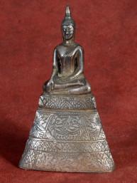Verzilverd beeldje van Boeddha in Bhumiparsa mudra