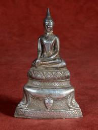Boeddha op lotustroon verzilverd