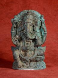 Ganesha in groen patine brons op troon