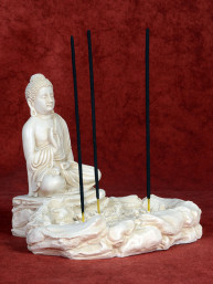 Wierookbrander Boeddha bij vijver