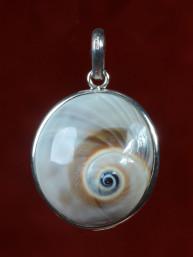 Hanger van een schelp met oog van Shiva