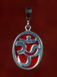 Zilveren hanger met Om teken, ingelegd met rood koraal.