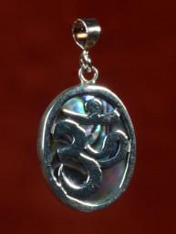 Zilveren hanger met Om teken, ingelegd met parelmoer