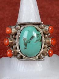 Tibetaanse ring met turkoois en koraal edelsteentjes