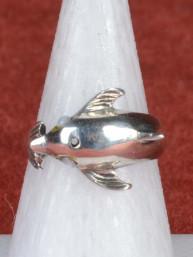 Ring met dolfijn ingelegd met witte agaat 925