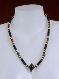 Thaise amulet ketting met zwarte en ivoorkleurige kralen