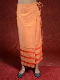 Traditionele Thaise satijnen omslagrok met gouddraad. Oranje III