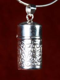 Zilveren relikwie houder of pillen doosje, hand bewerkt