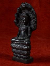 Boeddha beschermd door Naga. Gelakt brons .Lopburi stijl