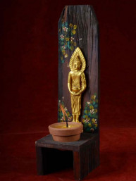 Handgemaakte en beschilderde houten kandelaar met woensdag Boeddha