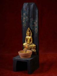 Handgemaakte en beschilderde houten kandelaar met donderdag Boeddha