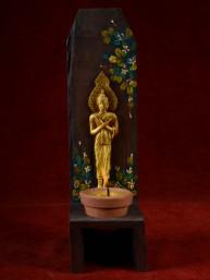 Handgemaakte en beschilderde houten kandelaar met vrijdag Boeddha