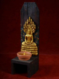 Handgemaakte en beschilderde houten kandelaar met zaterdag Boeddha
