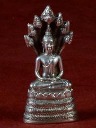 Boeddha miniatuur met Naga. Boeddha voor zaterdag vernikkeld