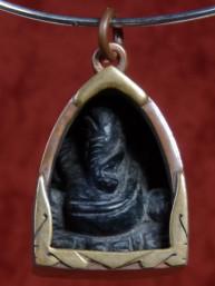 Ganesha amulet zwart graniet in bronzen houder