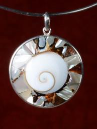 Zilveren hanger Oog van Shiva met een samenstelling van tulband schelpen