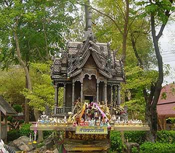 Een groot Thais geesthuis met versiering