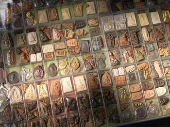 Grote verzameling van verschillende Thaise amuletten